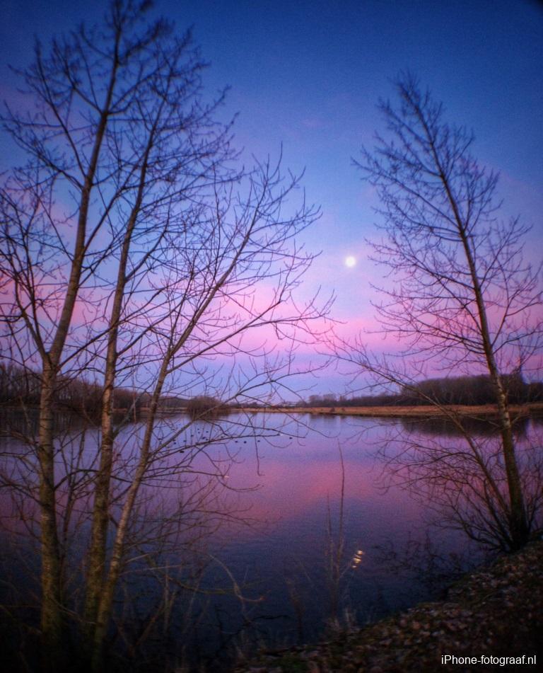 Een avondlucht met de maan